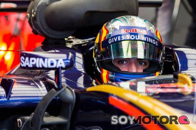 Sainz espera sufrir más con el cuello esta temporada - SoyMotor