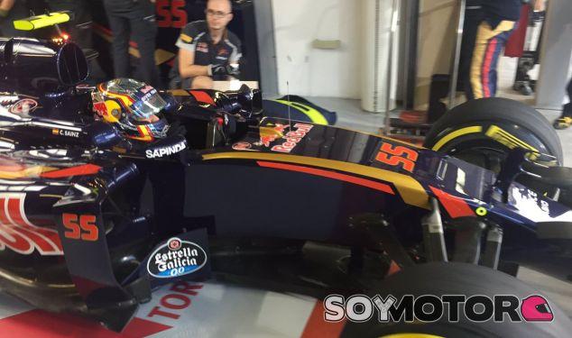Sainz saliendo del box de Toro Rosso en Abu Dabi - SoyMotor.com