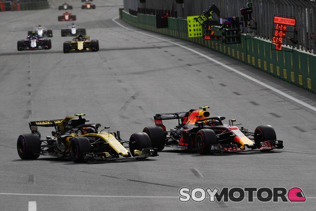 Carlos Sainz y Max Verstappen en Bakú - SoyMotor.com