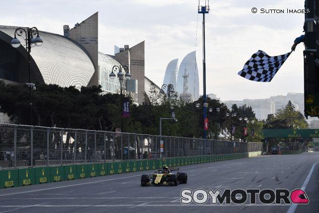 Bandera a cuadros en Bakú para Carlos Sainz – SoyMotor.com