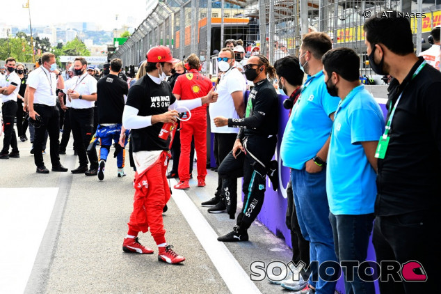 Hamilton destaca el nivel de pilotaje de Sainz en 2021 - SoyMotor.com