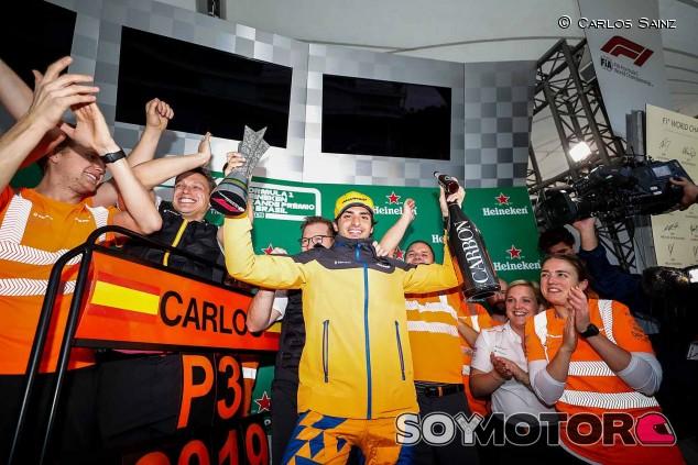 Sainz celebra su podio... ¡cantando! –SoyMotor.com