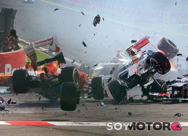 Grosjean impactó contra Alonso, a quien Hamilton no pudo evitar - LaF1