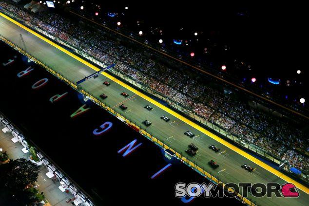 Nadie esperaba que los monoplazas se cruzaran con un espontáneo durante la carrera de Singapur - LaF1