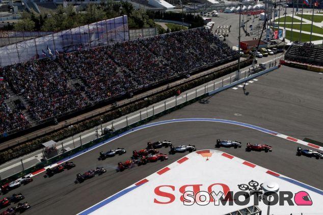 Éste fue el momento del primer impacto de Kvyat contra Vettel - LaF1