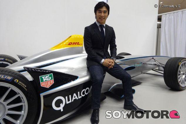 Takuma Sato posa junto al Spark de la Fórmula E - LaF1