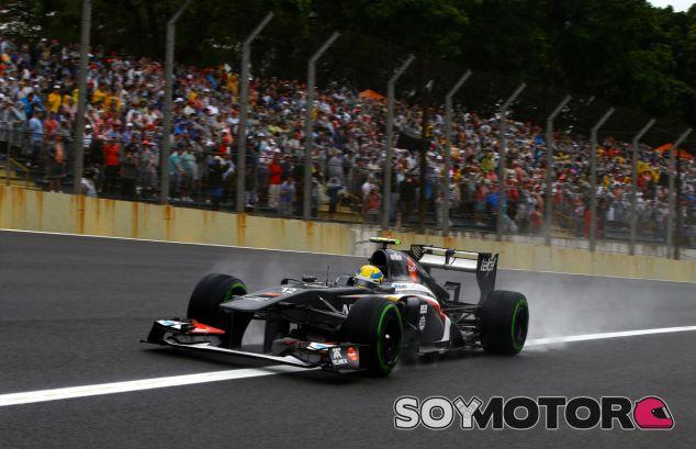 Esteban Gutiérrez pasa ante la afición de la tribuna principal - LaF1