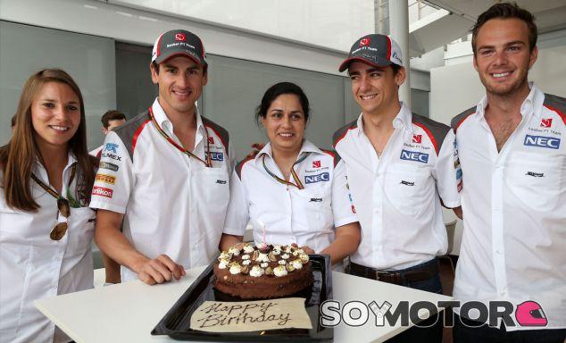 Monisha Kaltenborn cumple hoy años, se la ve aquí entre Simona de Silvestro, Adrian Sutil, Esteban Gutiérrez y Giedo van der Garde - LaF1