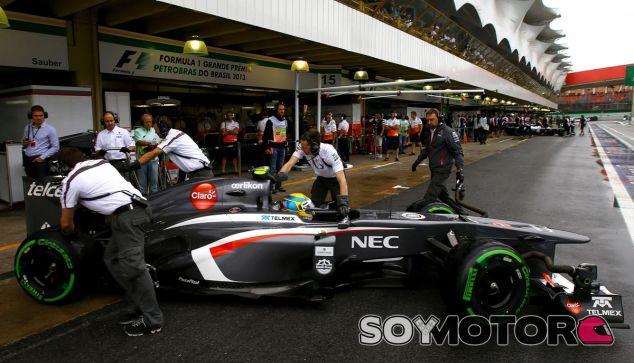 Esteban Gutiérrez entra en el box de Sauber en Interlagos - LaF1