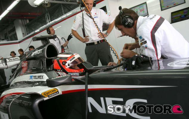 Nico Hülkenberg en el box de Sauber en Yeongam