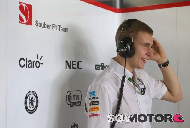 Sergey Sirotkin en el box de Sauber - LaF1