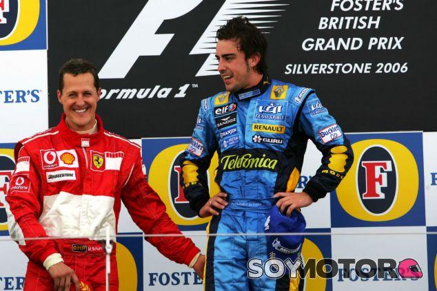 Schumacher y Alonso en el podio de Silverstone durante el Mundial 2006 - SoyMotor.com