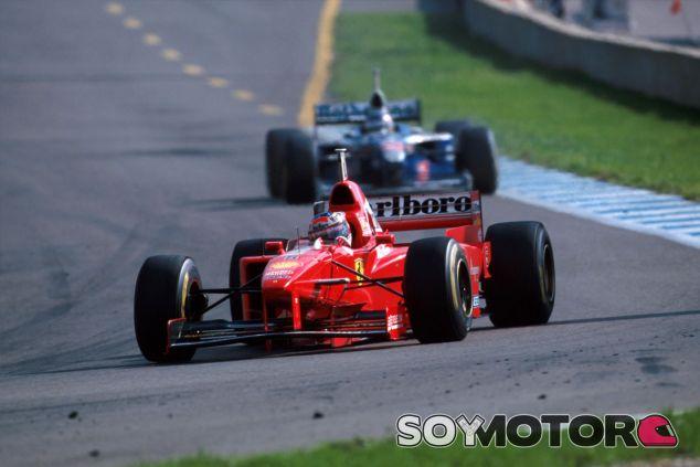 Schumacher por delante de Villeneuve en el GP de Jerez de 1997 - LaF1