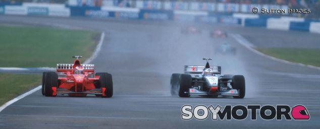 Michael Schumacher (izq.) junto a David Coulthard (der.) en el GP del Reino Unido de 1998 - SoyMotor