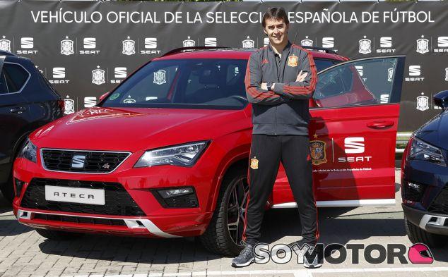 Julen Lopetegui, seleccionador nacional, posa junto al Seat Ateca - SoyMotor