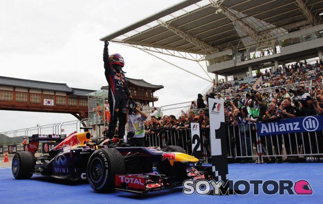 Sebastian Vettel festeja la victoria en el parc fermé - LaF1