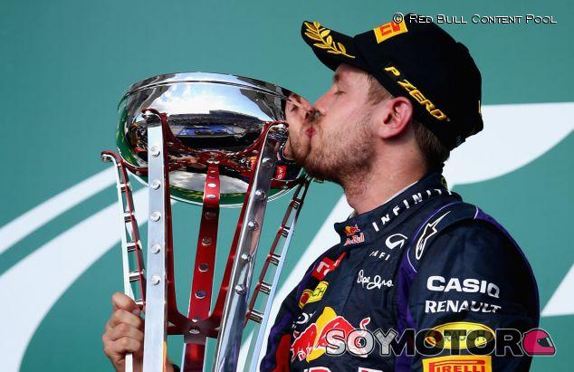 Sebastian Vettel besa su copa del GP de Estados Unidos F1 2013 - LaF1