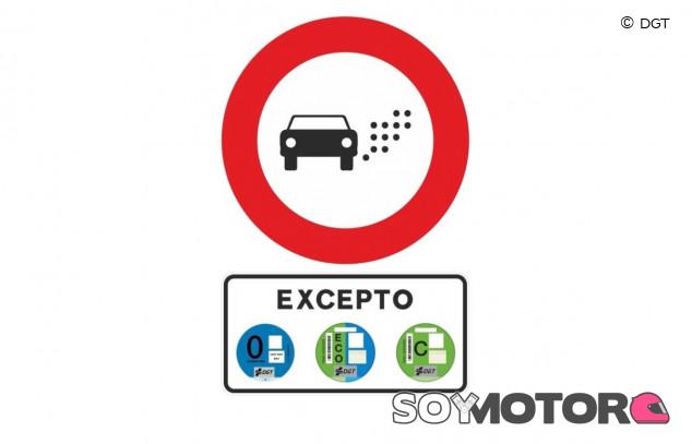 Nueva señal de la DGT: Zonas de Bajas Emisiones y qué coches quedan vetados - SoyMotor.com
