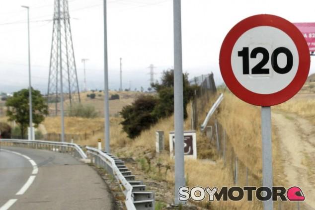 Este sistema permitirá la comunicación entre señales y vehículos. Las señales se adaptarán a las condiciones climatológicas y de tráfico - SoyMotor.com