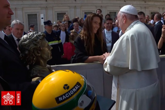 El Papa Francisco recibe un busto y un casco de Ayrton Senna - SoyMotor.com