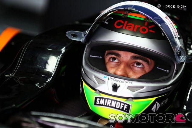Sergio Perez en el box de Force India en Sepang - LaF1.es