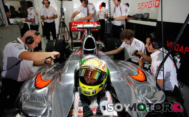 Sergio Pérez en el box de McLaren - LaF1
