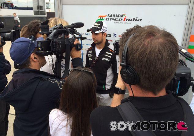 Sergio Pérez atiende a los medios en Silverstone - LaF1