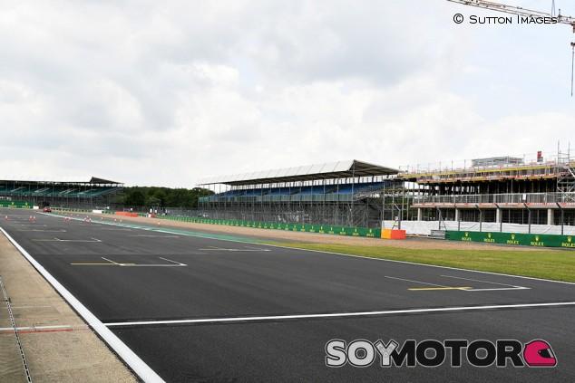 Los equipos temen el nuevo asfalto de Silverstone - SoyMotor.com