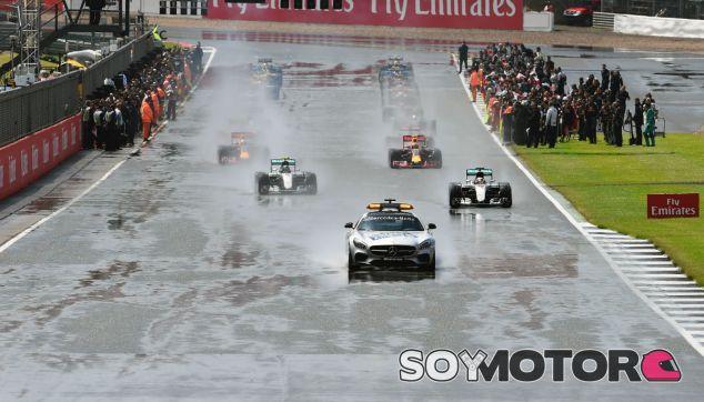 Inicio del GP de Gran Bretaña 2016 con el coche de seguridad - SoyMotor