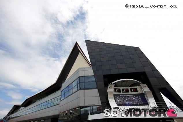 El podio del GP de Gran Bretaña con el 'Silverstone Wing' a su espalda - LaF1