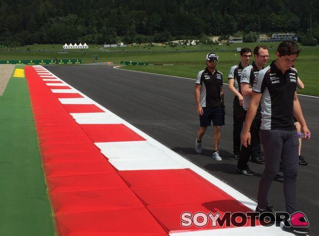 Los pilotos de Force India inspeccionan los nuevos pianos del Red Bull Ring - LaF1