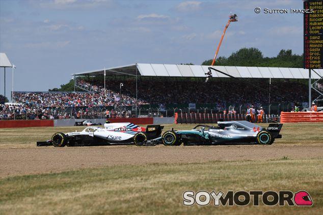 Sergey Sirotkin y Lewis Hamilton en Silverstone - SoyMotor.com