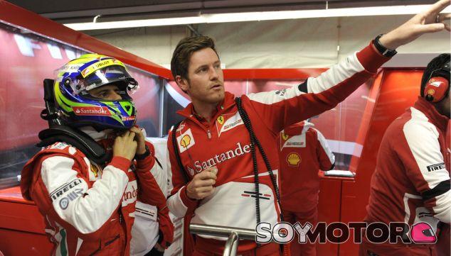 Felipe Massa con Rob Smedley en el box de Ferrari - LaF1