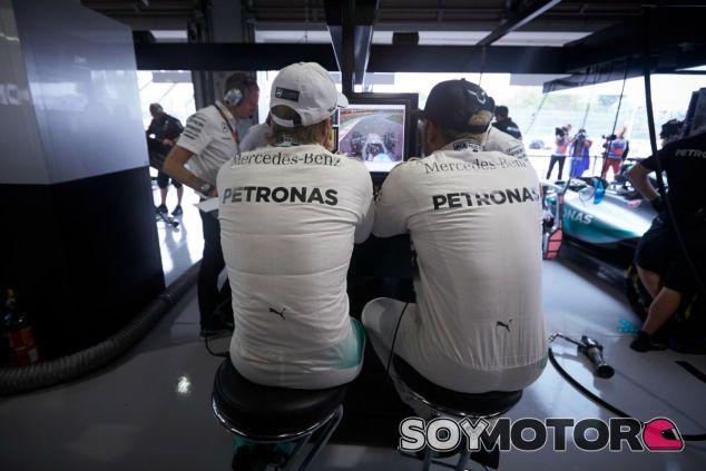 Rosberg da la espalda a Hamilton en su conquista del título - LaF1