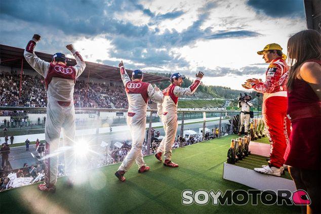 Los pilotos de Audi festejan la victoria en el podio de Spa-Francorchamps - laF1