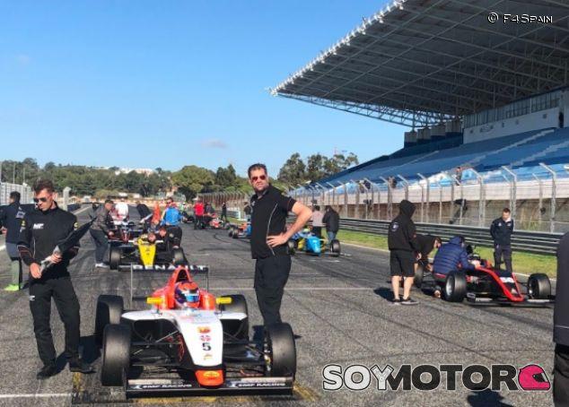 Monoplazas de Fórmula 4 en la parrilla - SoyMotor.com