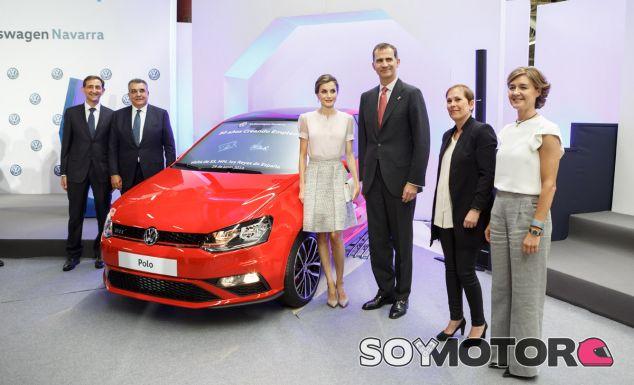 Foto durante la visita de SS.MM. los Reyes durante su visita a Volkswagen Navarra - SoyMotor