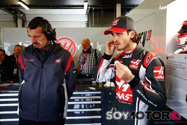 Guenther Steiner y Antonio Giovinazzi en Silverstone - SoyMotor.com