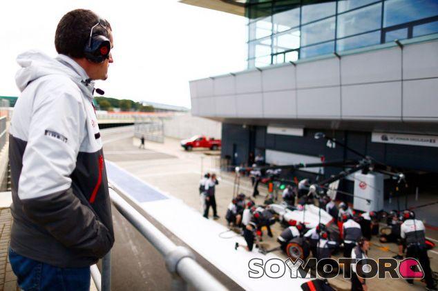 Steiner observando una práctica de parada en boxes de su equipo - LaF1