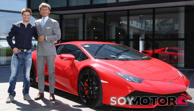 Casey Stoner posa con el Lamborghini Huracán - SoyMotor