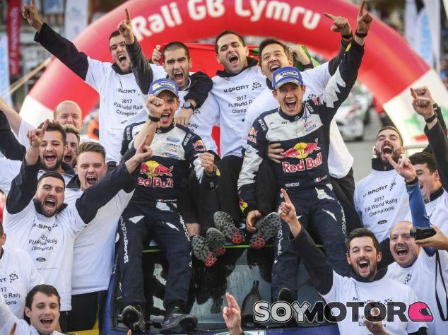 Ogier, Ingrassia y su equipo celebrando los títulos - SoyMotor.com