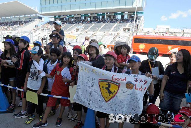 Aficionados japoneses aguardan en el Pit Lane de Suzuka - LaF1