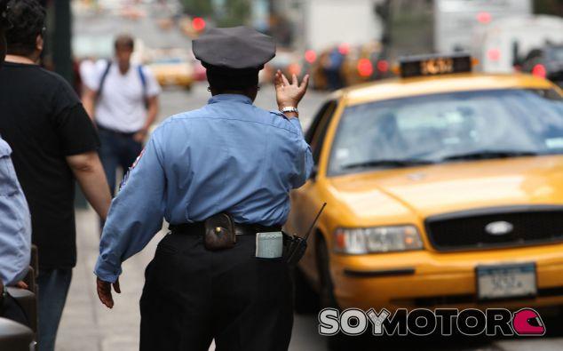 Policía de Nuevae York controlando el estacionamiento de los taxis - SoyMotor
