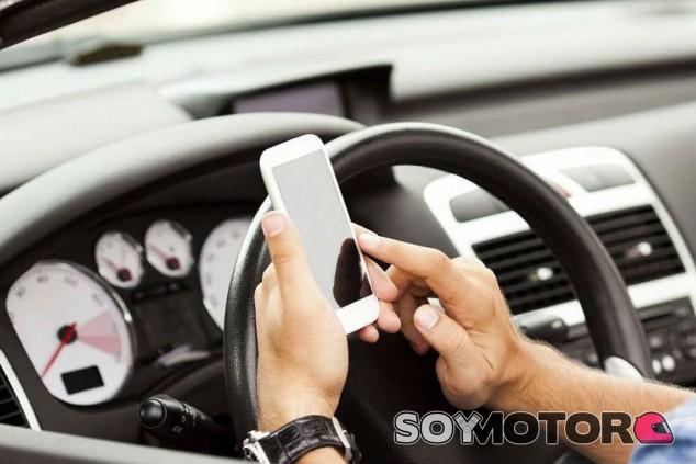 Los españoles, los que más nos distraemos al volante con el móvil - SoyMotor.com