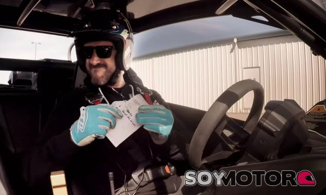Ken Block se pone en la piel de un policía y entrega una multa a Matt LeBlanc - SoyMotor