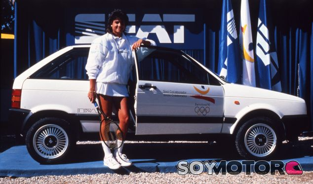 La tenista argentina Gabriela Sabatini, junto al coche oficial de los Juegos, el Seat Ibiza - SoyMotor