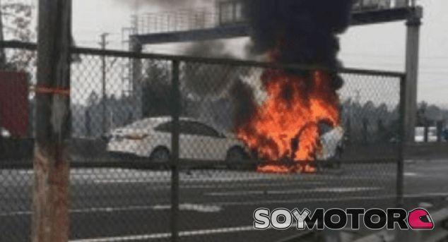 La dueña de un Tesla Model X pide 900.000 euros tras un accidente - SoyMotor.com