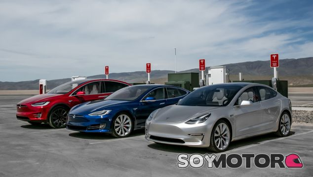Varias unidades de vehículos Tesla en un supercargador - SoyMotor