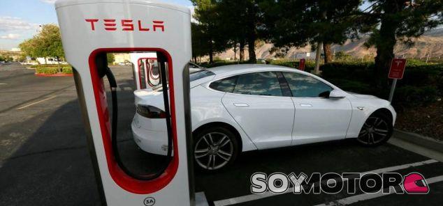Tesla, a por los 100 puntos de recarga en España este 2017 - SoyMotor.com