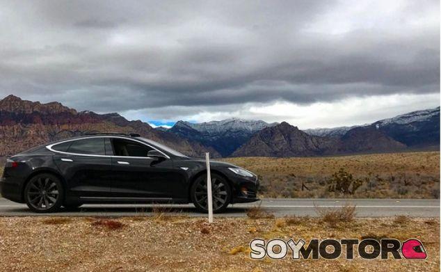 Un Tesla deja tirado a su dueño en medio del desierto - SoyMotor.com